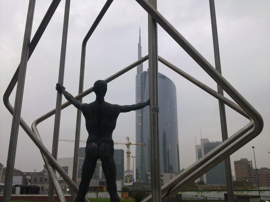 milano gabbia statua unicredit